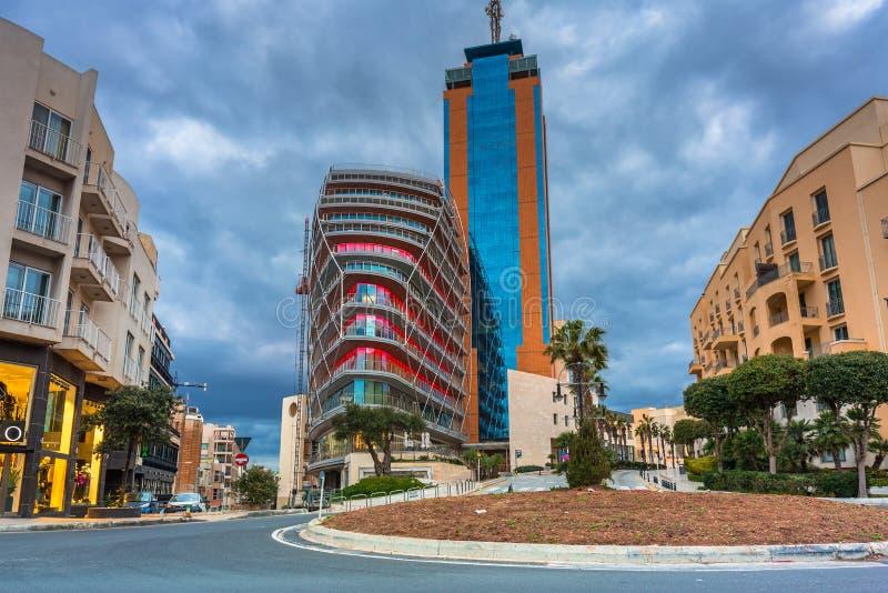 De Portomaso Business Tower in het Portomaso-gedeelte van de stad St Julians, Malta stock afbeeldingen