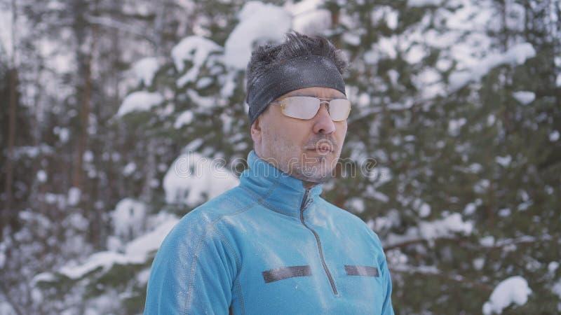 De portret bevroren mens van de sportenatleet, portret die van een atleet in de winter, in een koude tijd lopen stock afbeeldingen