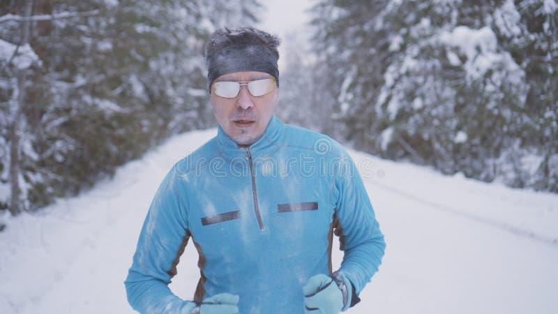 De portret bevroren mens van de sportenatleet, portret die van een atleet in de winter, in een koude tijd lopen royalty-vrije stock fotografie