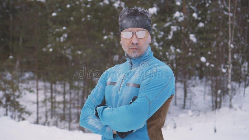 De portret bevroren mens van de sportenatleet, portret die van een atleet in de winter, in een koude tijd, wintersporten lopen royalty-vrije stock foto