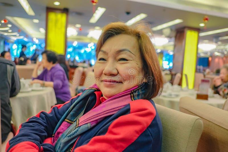De portretfoto van Schoonheids Aziatische hogere vrouwen leeft met het gelukkige leven stock fotografie