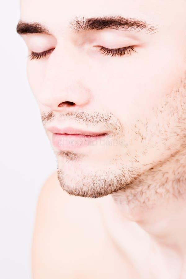 De portrettering van de close-up van knappe mens gesloten ogen stock afbeeldingen