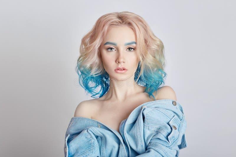 De portretvrouw met helder gekleurd vliegend haar, allen stelt purper blauw in de schaduw Haarkleuring, mooie lippen en make-up H stock fotografie