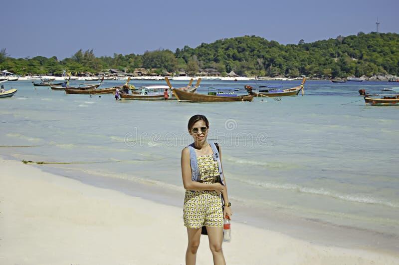 De portretvrouw is Wandeling het strand, Koh Lipe in Satun in Thailand stock afbeeldingen