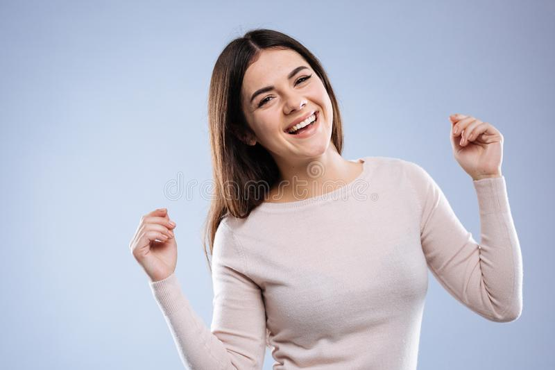 De positieve blije vrouw die van Nice zeer gelukkig voelen stock foto's