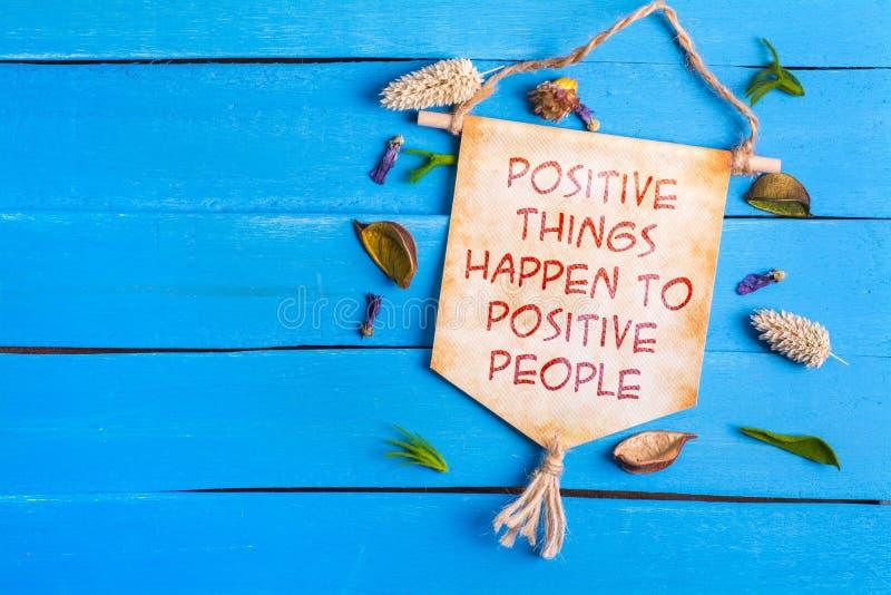 De positieve dingen gebeuren aan positieve mensenteksten op Document Rol royalty-vrije stock foto's