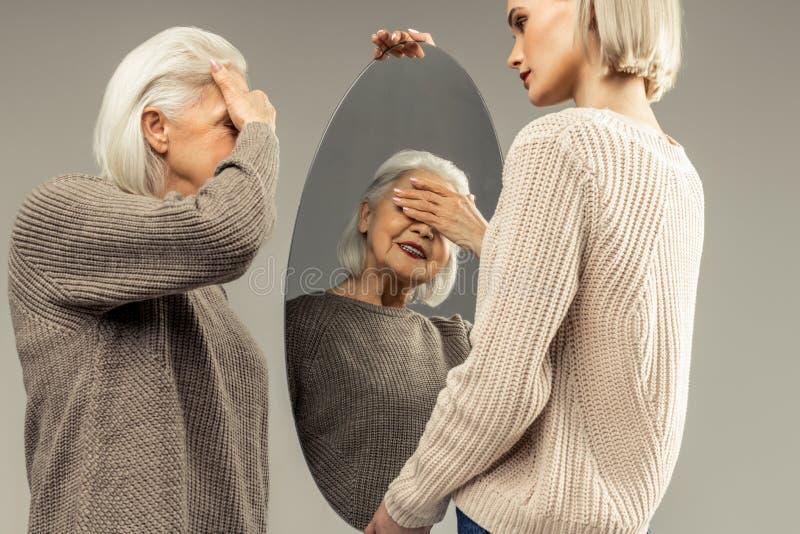 De positieve hogere vrouw die van Nice haar ogen behandelen royalty-vrije stock foto's