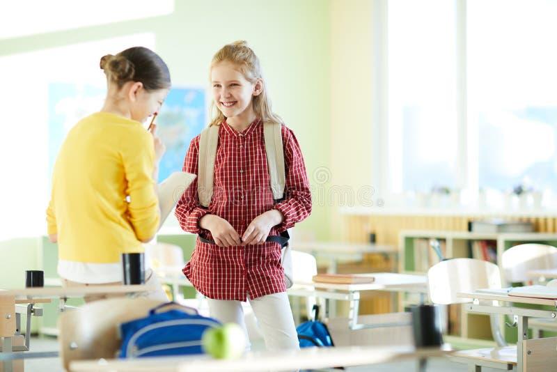 De positieve meisjes die bij school lachen breken royalty-vrije stock afbeeldingen