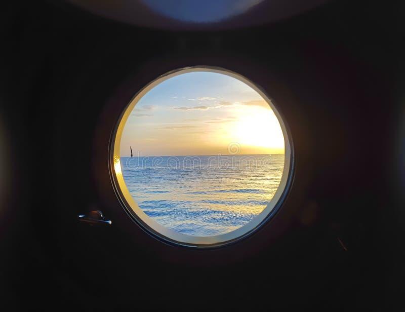 De post van de controlebrug van een modern zeeschip met helikopterdek royalty-vrije stock fotografie