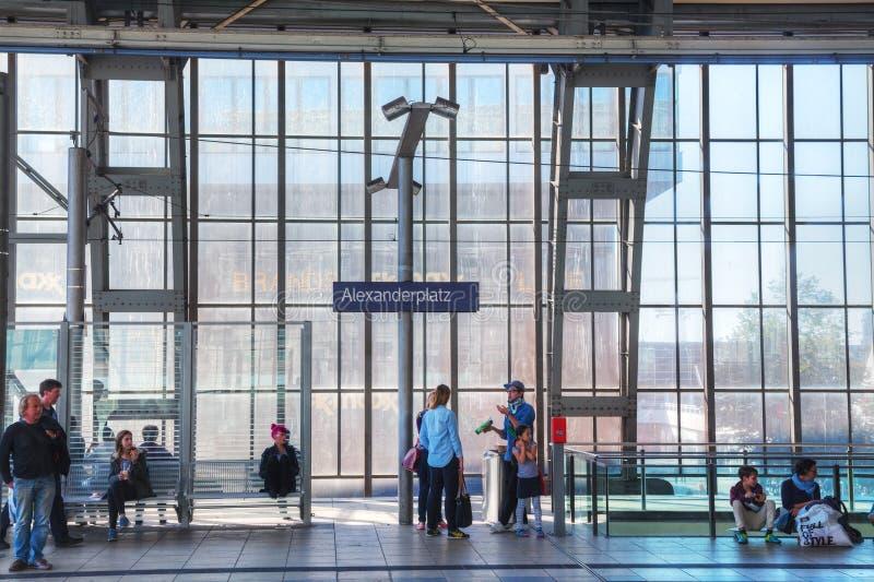 De post van de Alexanderplatzmetro in Berlijn, Duitsland stock afbeelding