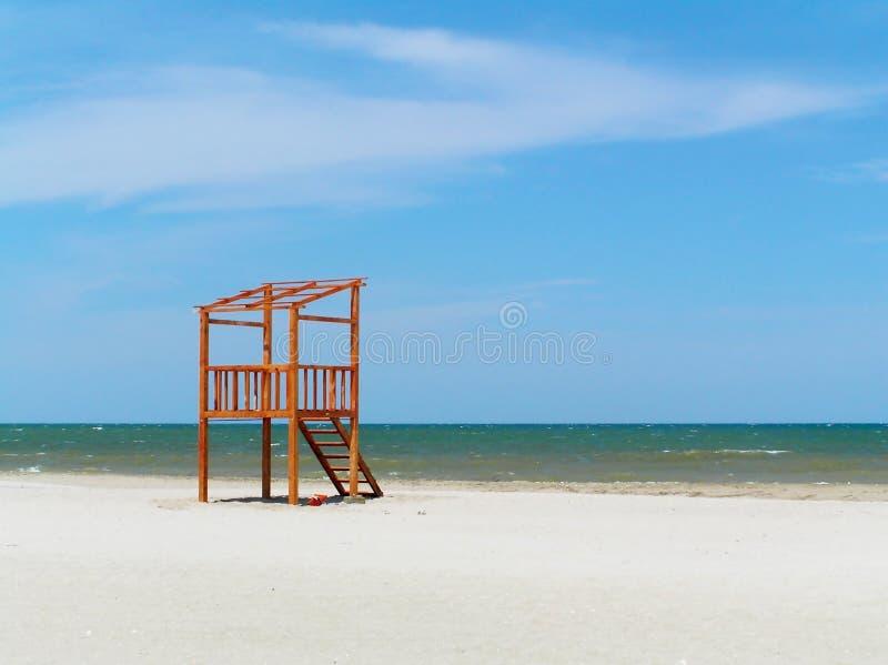 De post van de badmeester op het strand stock foto's