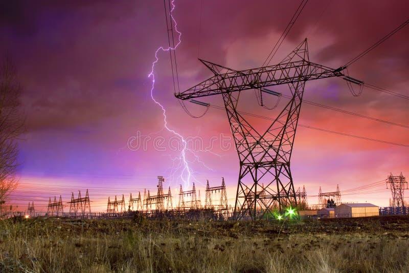 De Post van de Distributie van de macht met de Staking van de Bliksem. stock afbeeldingen