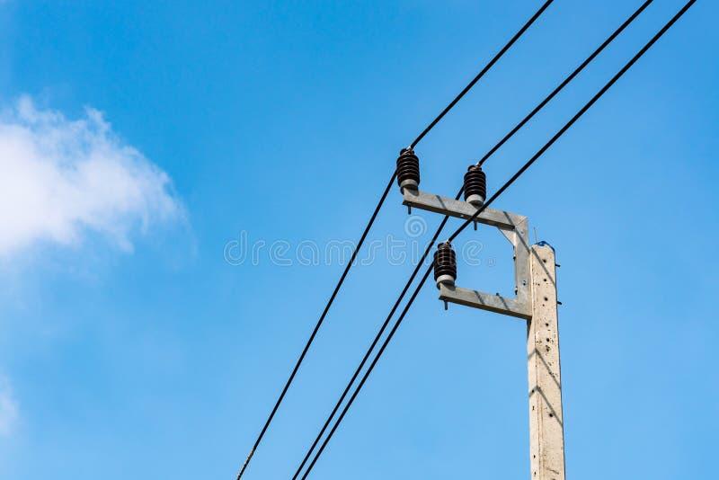 De post van de elektriciteitsdistributie met blauwe hemel stock afbeelding
