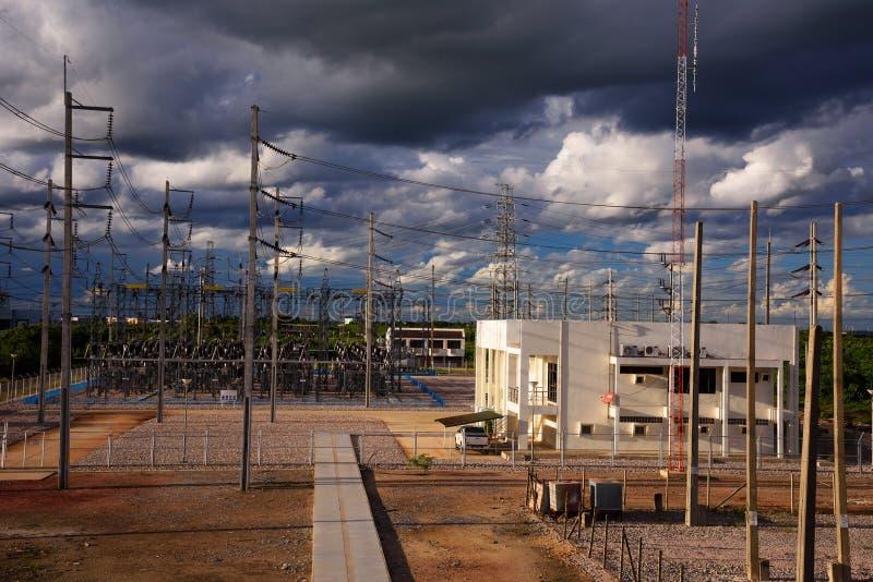 De post van de hoogspanningselektriciteit stock afbeeldingen