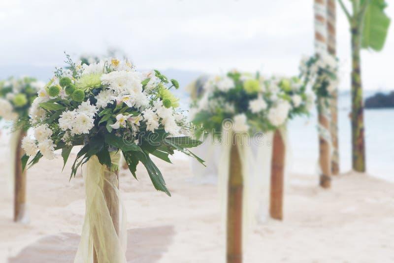 De post van de huwelijksbloem op strand royalty-vrije stock afbeelding