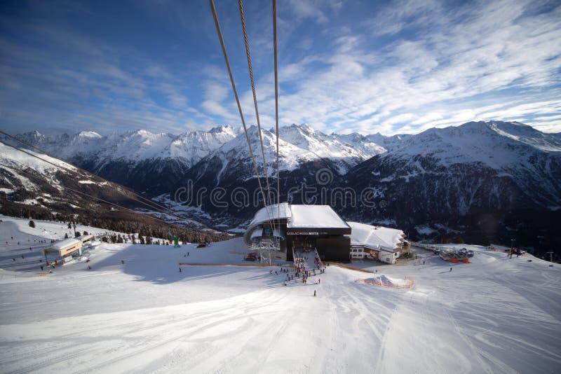 De Post Van De Kabelbaan In Alpen Stock Foto