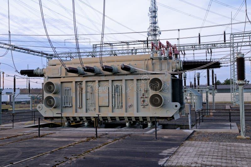 De post van de transformator stock afbeeldingen