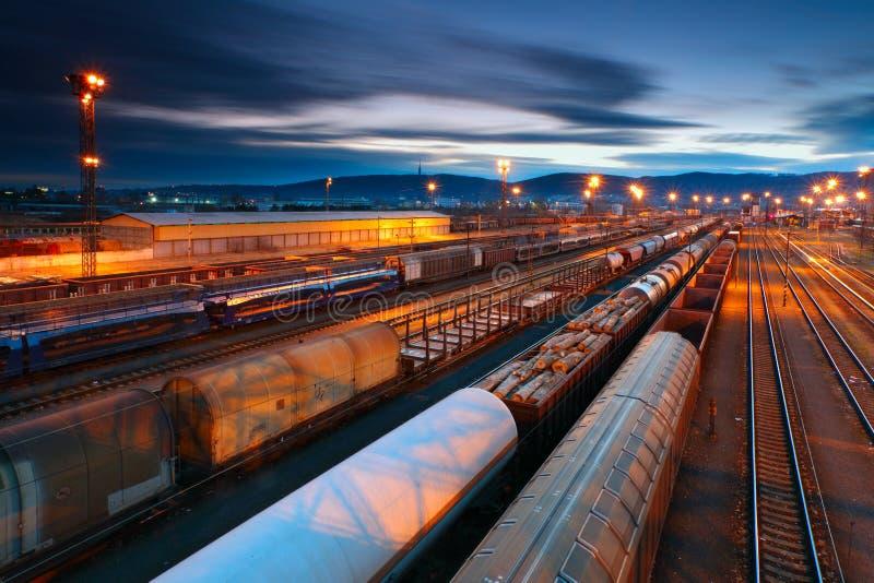 De Post van de vracht met treinen stock foto's