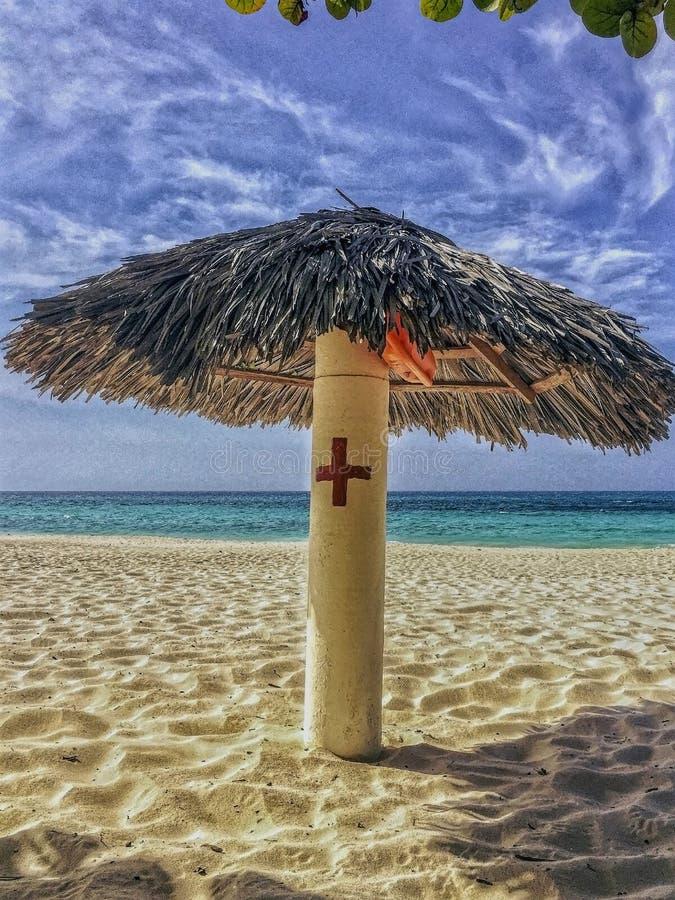 De post van de eerste hulpbadmeester op tropisch strand stock afbeelding