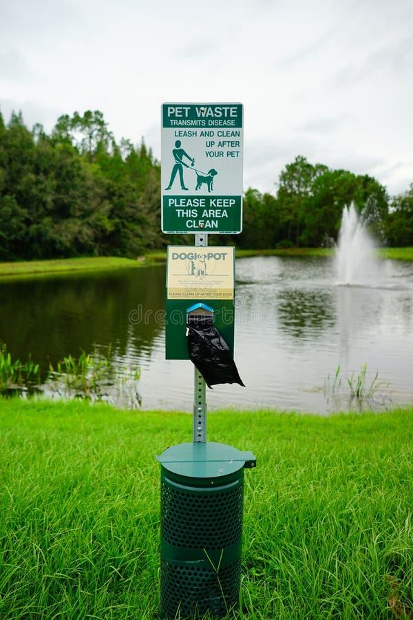 De post van het huisdierenafval met de automaat van de hondzak royalty-vrije stock afbeelding