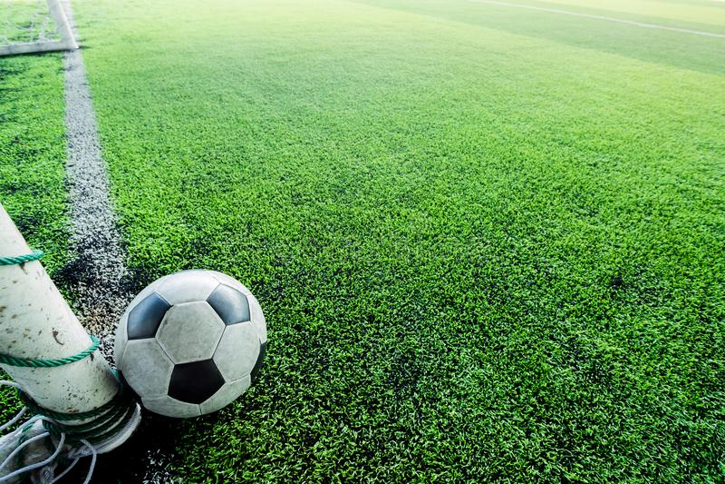 De post van het voetbalstreepje en achter de doellijn stock fotografie
