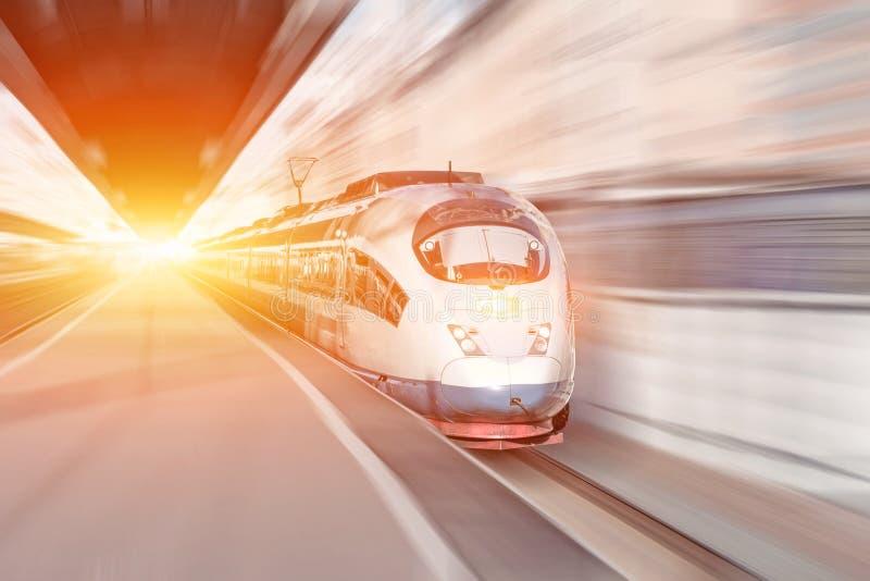 De post van de hoge snelheidspassagier, treinreis Het abstracte lichte effect van het motiomonduidelijke beeld royalty-vrije stock foto's