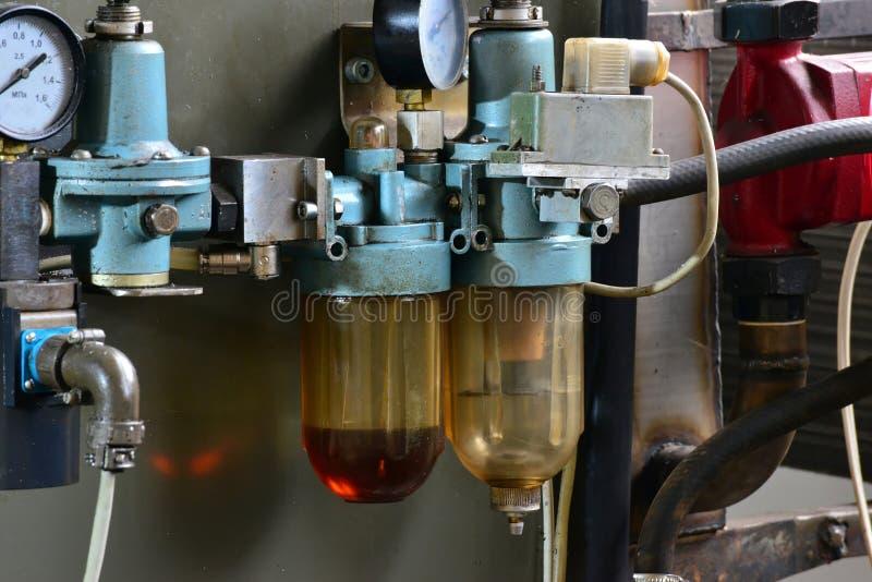 De post van de hydraulicaolie op de werktuigmachine op industrieel materiaal Smeringssysteem met olie onder druk royalty-vrije stock foto's