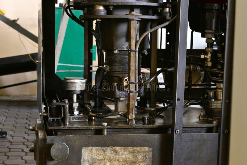 De post van de hydraulicaolie op de werktuigmachine op industrieel materiaal Smeringssysteem met olie onder druk royalty-vrije stock foto