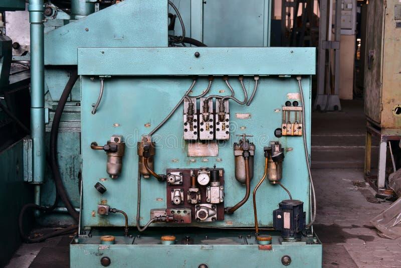 De post van de hydraulicaolie op de werktuigmachine op industrieel materiaal Smeringssysteem met olie onder druk royalty-vrije stock fotografie