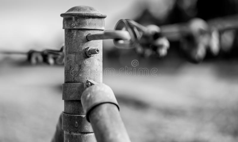 De post van de omheiningspool in zwart-wit stock fotografie