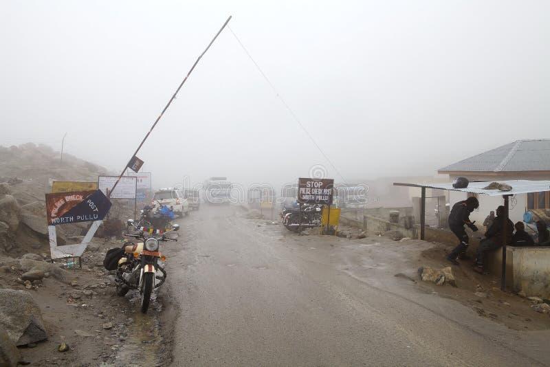 De post van de politiecontrole van het Noorden Pullu na Khardung-de Pas van La, Ladakh, India royalty-vrije stock foto's
