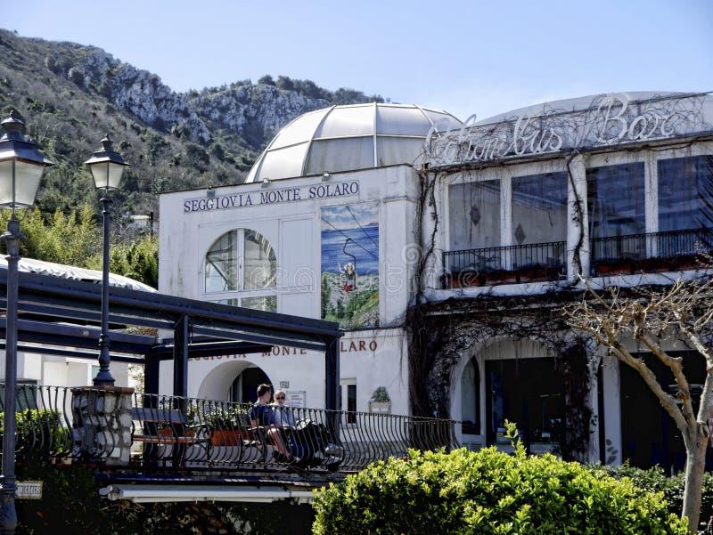 De post van de stoellift voor reizen op Monte Solaro op het Eiland Capri in Italië stock fotografie
