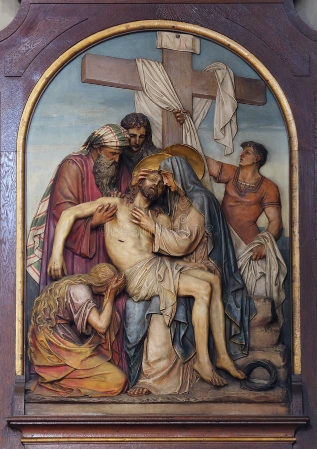 de 13de Posten van het Kruis, het lichaam van Jesus wordt 'verwijderd uit het kruis stock foto