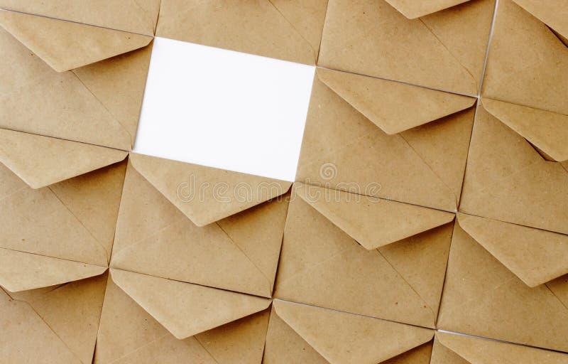 De postenveloppen van kraftpapier op een witte achtergrond royalty-vrije stock foto's