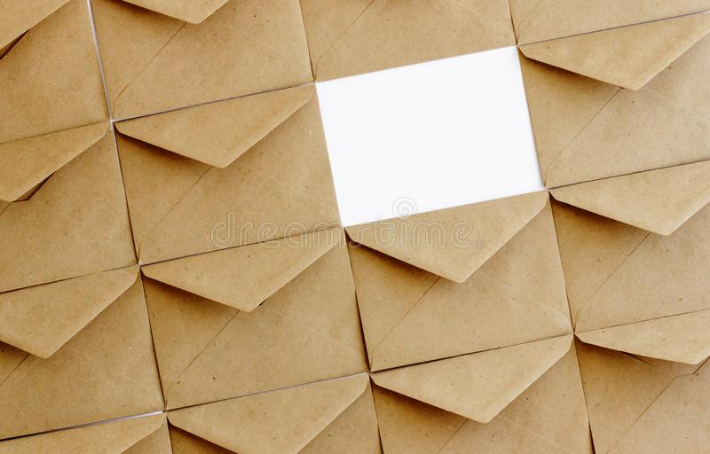 De postenveloppen van kraftpapier op een witte achtergrond stock afbeeldingen