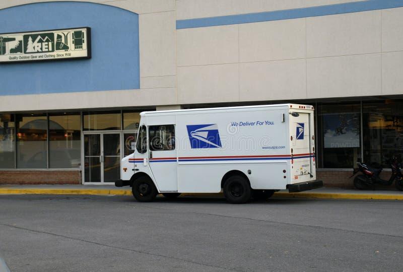 De Postvrachtwagen van Verenigde Staten voor een REI-opslag stock foto's