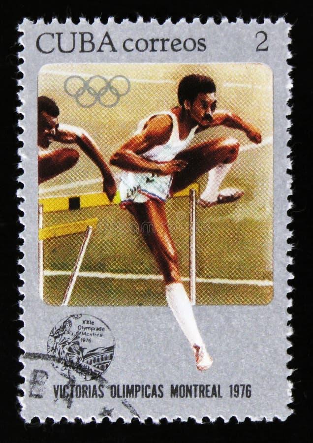 De postzegel van Cuba toont Sprongagent, reeks toegewijd aan de Spelen 1976, circa 1976 van Montreal stock foto's