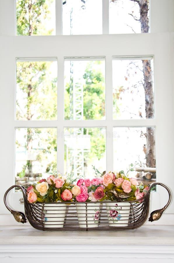 De pot van de bloem voor een venster. stock fotografie
