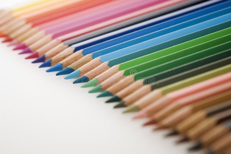 De potloden concentreren zich op een rij op blauw royalty-vrije stock foto's