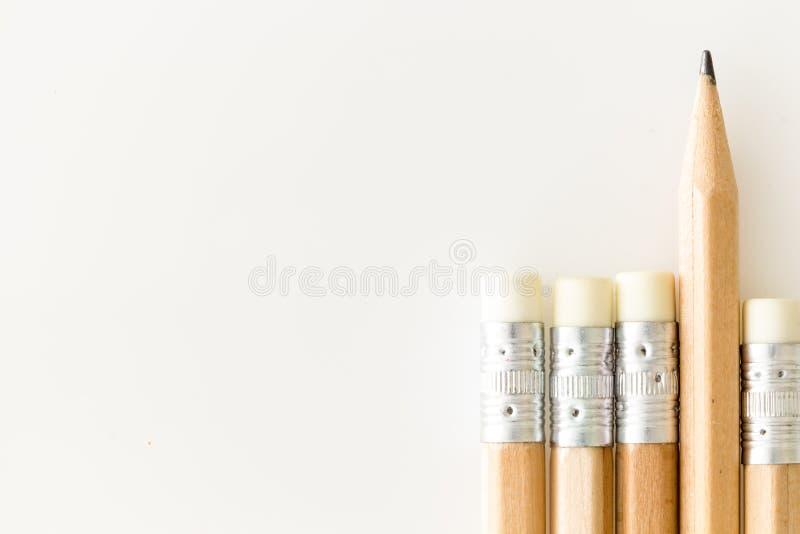 De potloden met gom omhoog kant, onewith tippen het duidelijk uitkomen, op witte achtergrond met exemplaar-ruimte Potloden met go stock foto