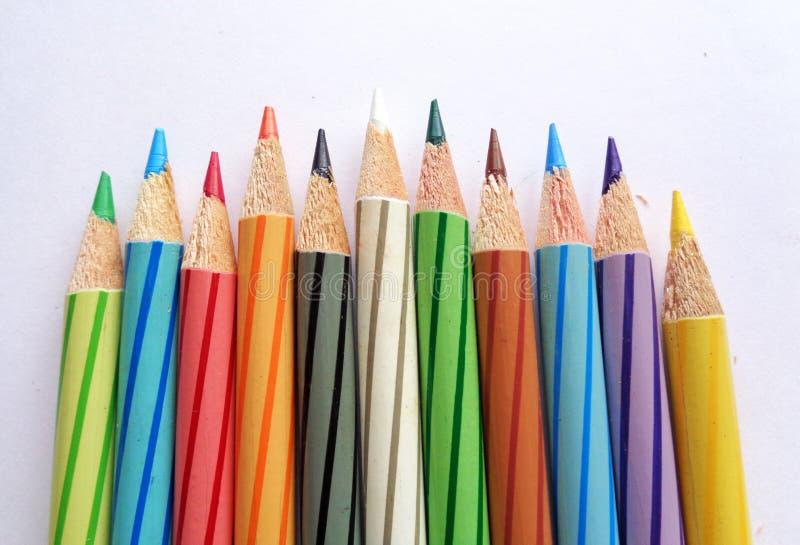 De potloden van de kleur op Witboek stock afbeeldingen