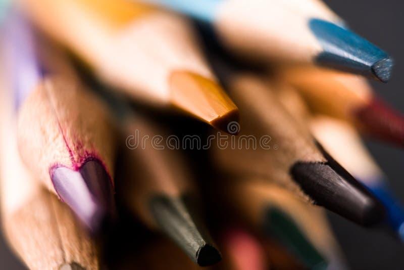 De potloden van de kleur assortiment van kleurenpotloden De kleurpotloden sluiten omhoog stock afbeelding