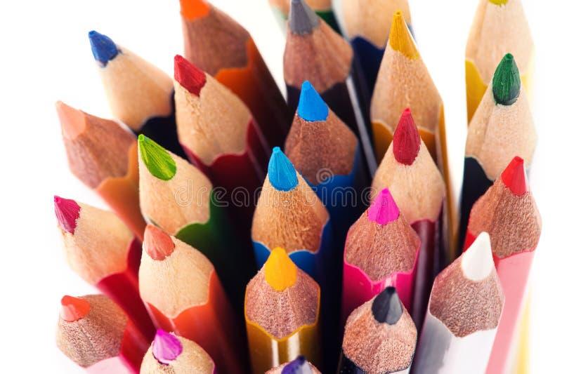 De potloden van de kleur die op witte achtergrond worden ge?soleerdu Sluit omhoog stock afbeelding