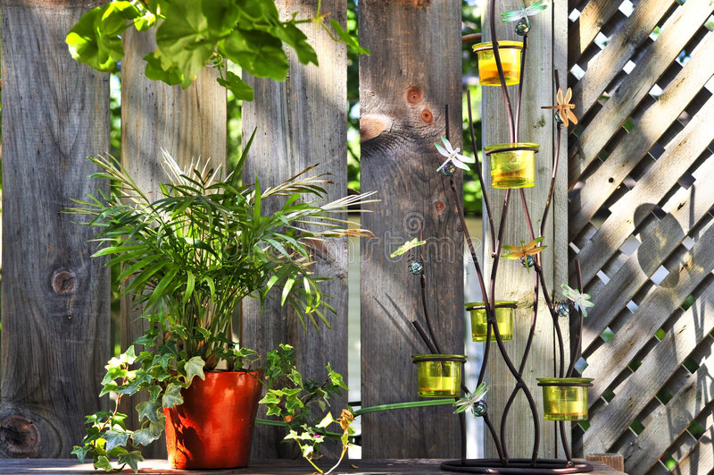 De potten en de decoratie van de bloem op huisdek royalty-vrije stock afbeeldingen