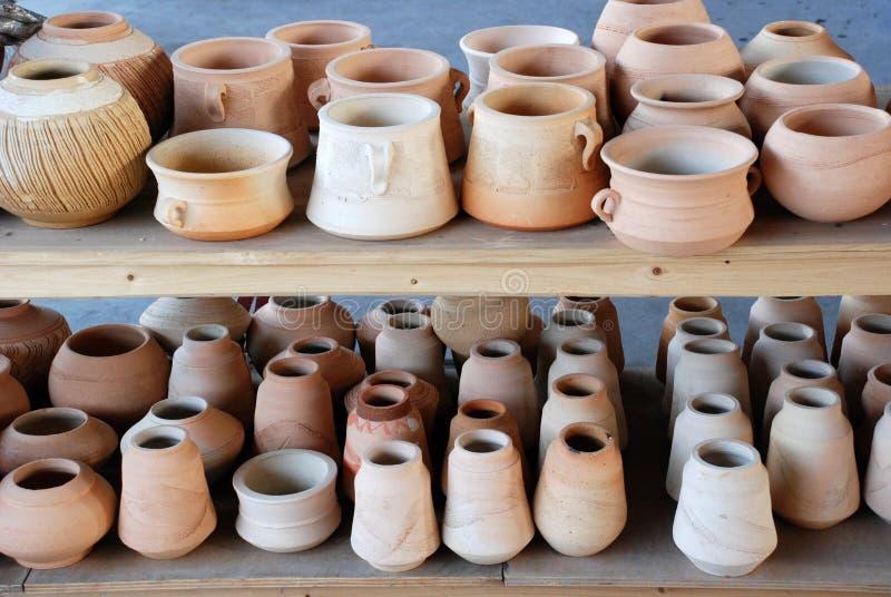 De potten en de vazen van het aardewerk stock foto's