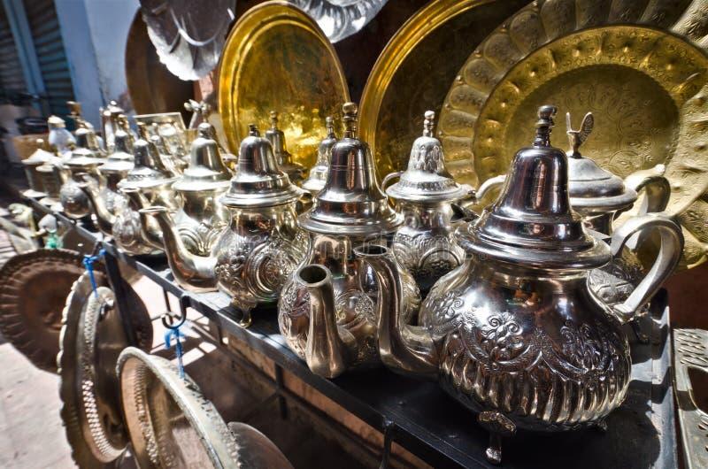 De potten van de thee in een straatmarkt, Marrakech, Marokko stock fotografie