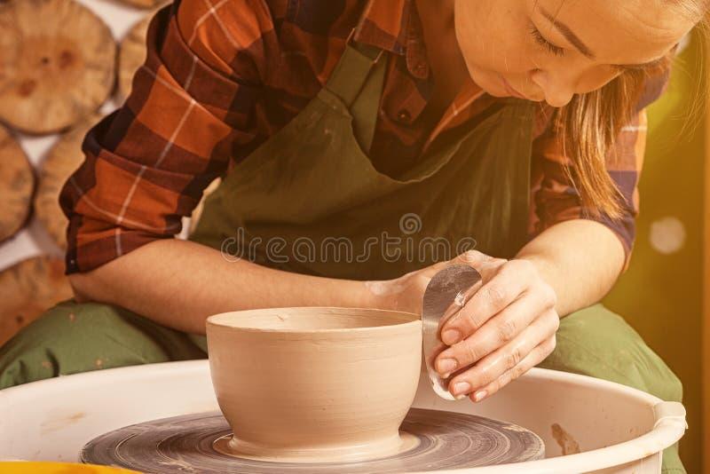 De pottenbakker beeldhouwt een diepe kom stock fotografie