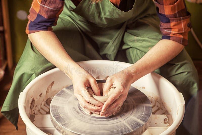 De pottenbakker beeldhouwt klei royalty-vrije stock afbeelding
