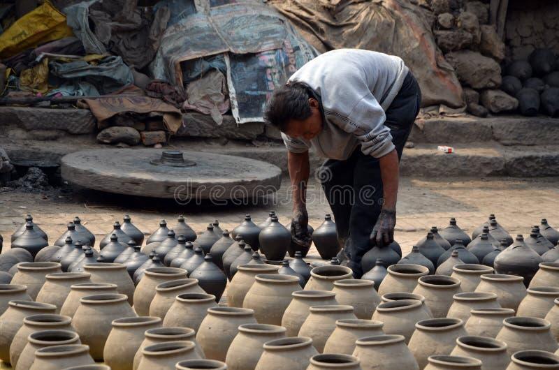 De pottenbakker legt enkel gemaakte amfora stock afbeeldingen