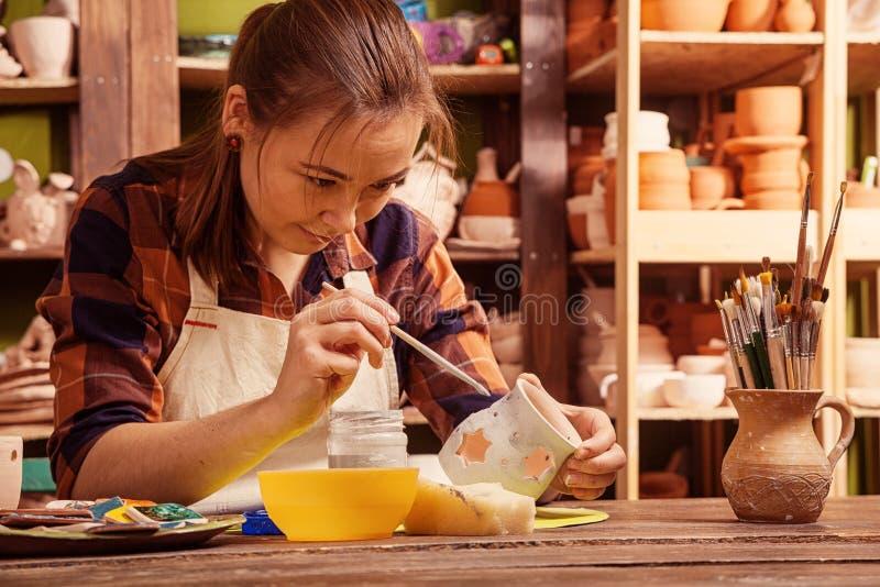 De pottenbakker schildert een klei royalty-vrije stock afbeeldingen